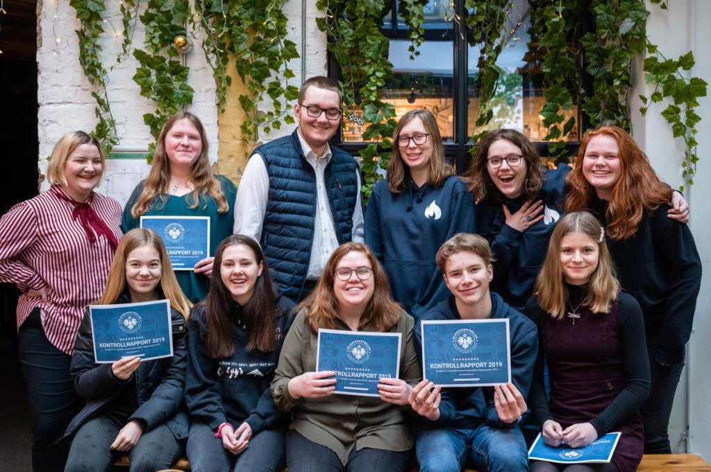 Gjeng glade ungdommer med Skjenkekontrollrapporten